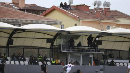 Fans Galatasaray sedang menyaksikan pertandingan di atas motor - INDOSPORT