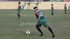 Indosport - Meski masih di balut perban Rendi sudah ikut latihan rutin.