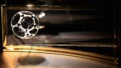 Indosport - Trofi FIFA Puskas Award.