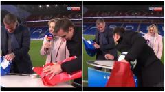 Indosport - Aksi Carragher dan Neville saat melakukan lomba bungkus bola.