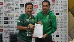 Indosport - Tanda tangan kontrak Djanur di saksikan manajer Persebaya Candra Wahyudi.