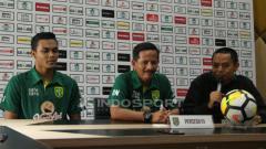 Indosport - Rachmat Irianto dan Djajang Nurdjaman saat konferensi pers jelang laga  Persebaya vs PSIS, Jumat (07/12/18).