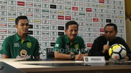 Rachmat Irianto dan Djajang Nurdjaman saat konferensi pers jelang laga  Persebaya vs PSIS, Jumat (07/12/18). - INDOSPORT