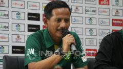Indosport - Djajang Nurdjaman saat konferensi pers jelang laga  Persebaya vs PSIS, Jumat (07/12/18).