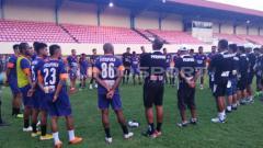 Indosport - Skuat Persipura usai menjalani sesi latihan akhir.