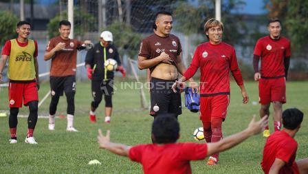 Keceriaan para pemain Persija Jakarta di sela-sela latihan jelang lawan Mitra Kukar.