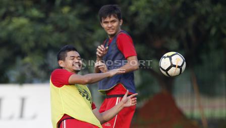 Bambang Pamungkas hampir terkena sepakan bola pada sesi latihan.