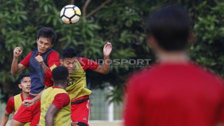 Duel udara pemain Persija Jakarta di sesi latihan memanfaatkan peluang dari bola mati.