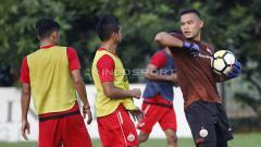 Indosport - Kiper Andritany Ardhiyasa bercanda dengan seniornya, Bambang Pamungkas.
