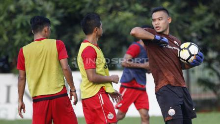 Kiper Andritany Ardhiyasa bercanda dengan seniornya, Bambang Pamungkas.