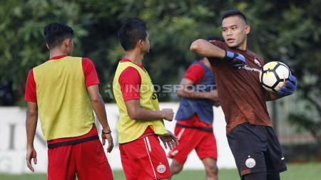 Kiper Andritany Ardhiyasa bercanda dengan seniornya, Bambang Pamungkas. - INDOSPORT