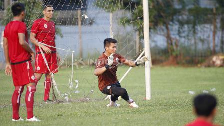 Aksi kiper Shahar Ginanjar menghalau tendangan penalti.