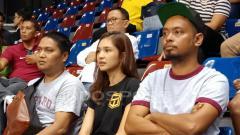 Indosport - Mikha Tambayong nampak hadir diantara penonton pada pertandingan Stapac Jakarta vs Bogor Siliwangi pada Jumat (07/12/18) di Britama Arena