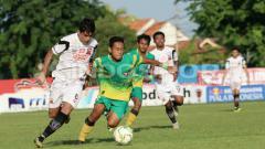 Indosport - Milad Zeneyedpour dan Mamadou Samassa saat melawan Madura FC di Piala Indonesia.