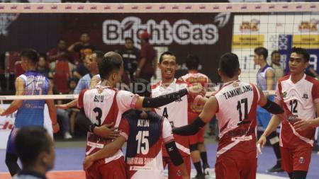 Para pemain Surabaya Bhayangkara Samator berselebrasi usai mencetak poin melawan Palembang Bank Sumsel Babel. - INDOSPORT