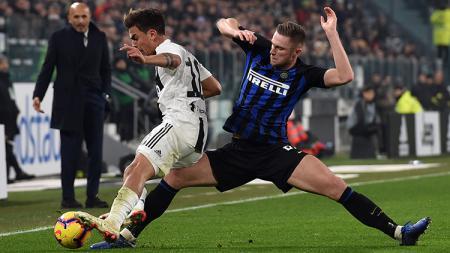 Milan Skriniar saat mencoba mengamankan bola dari Paulo Dybala. - INDOSPORT
