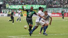 Indosport - Pertandingan antara Persebaya Surabaya vs PSIS Semarang di Liga 1 Indonesia.
