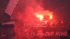 Indosport - Suporter PSIS Semarang ikut pesta flare usai laga lawan Persebaya Surabaya.