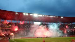 Indosport - Suporter Bonek berpesta flare usai laga Persebaya Surabaya vs PSIS Semarang berakhir.