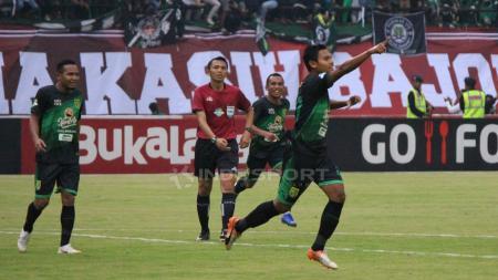 Selebrasi pemain Persebaya Surabaya Fandi Eko Utomo usai membobol gawang PSIS Semarang. - INDOSPORT