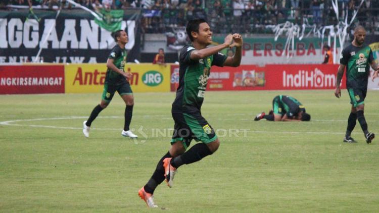 Selebrasi pemain Persebaya Surabaya Fandi Eko Utomo usai membobol gawang PSIS Semarang. Copyright: Fitra Herdian/Indosport.com