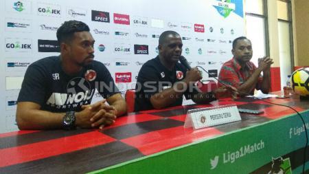 Pelatih Perseru Serui, Wanderley Junior saat bersama pemainnya, Samuel Reimas di sesi konferensi pers jelang laga. - INDOSPORT