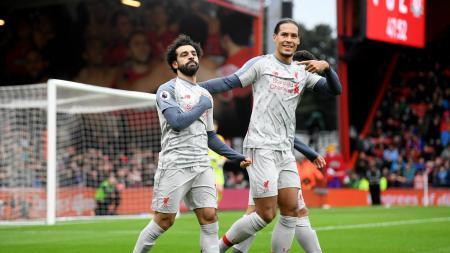Mohamed Salah dan Virgil van Dijk dalam selebrasi gol kedua Liverpool ke gawang Bournemouth, Sabtu (08/12/18). - INDOSPORT