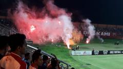 Indosport - Laga penutup antara Madura United melawan Persela Lamongan diwarnai dengan pelanggaran regulasi berupa lemparan flare suporter Persela dan lesakan suporter Madura United ke tengah lapangan setelah pertandingan.