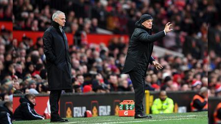 Jose Mourinho dan Claudio Ranieri di pinggi lapangan. - INDOSPORT