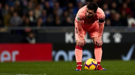 Lionel Messi saat hendak melakukan tendangan bebas vs Espanyol. - INDOSPORT