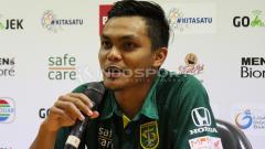 Indosport - Kapten Persebaya Surabaya, Rachmat Irianto saat sesi konferensi pers usai pekan ke-34 Liga 1 2018.