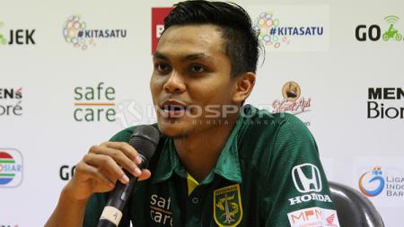 Kapten Persebaya Surabaya, Rachmat Irianto saat sesi konferensi pers usai pekan ke-34 Liga 1 2018. - INDOSPORT