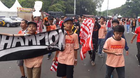Dukungan suporter Persija terus mengalir. Mereka pun berduyun-duyun memadati Stadion GBK Jakarta. - INDOSPORT