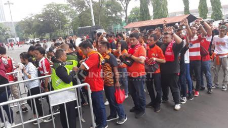 Antrean suporter Persija untuk masuk ke Stadion GBK jelang laga Persija Jakarta vs Mitra Kukar. - INDOSPORT