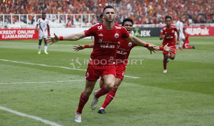Selebrasi Marko Simic saat tendangan penalti merubah keadaan menjadi 1-0 untuk Persija Jakarta. Copyright: Herry Ibrahim/Indosport.com