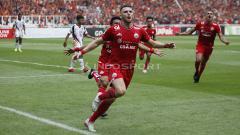 Indosport - Selebrasi Marko Simic saat tendangan penalti merubah keadaan menjadi 1-0 untuk Persija Jakarta.