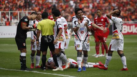 Pemain Mitra Kukar protes ke wasit setelah wasit akan memberi hadiah penalti untuk Persija Jakarta.