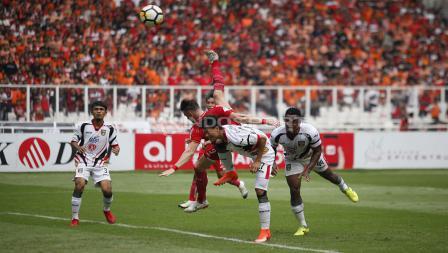 Ketatnya persaingan pemain Persija Jakarta dan Mitra Kukar dalam merebut bola.