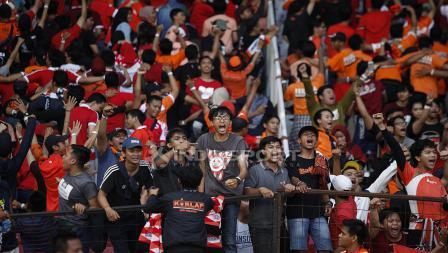 Dukungan tanpa henti Jakmania dalam laga Persija Jakarta vs Mitra Kukar di Stadion Utama Gelora Bung Karno.