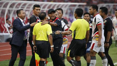 Rahmad Darmawan, pelatih Mitra Kukar mencoba bermediasi dengan wasit.