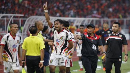 Protes dilayangkan pemain Mitra Kukar ke wasit yang dianggap berpihak pada Persija Jakarta.
