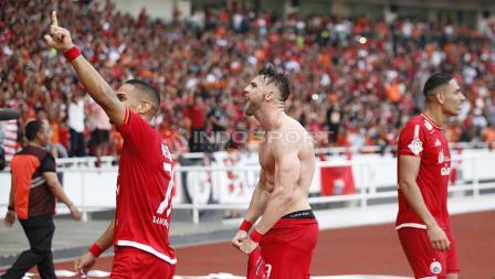 Luapan emosi Marko Simic yang melakukan selebrasi dengan membuka baju usai membobol gawang Mitra Kukar.