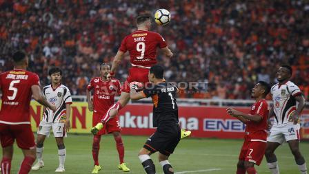 Upaya Marko Simic menyundul bola yang membuat Persija Jakarta unggul 2-0 atas Mitra Kukar.