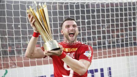Pemain Persija Jakarta, Marko Simic saat mengangkat Tropi.