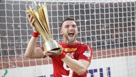 Pemain Persija Jakarta, Marko Simic saat mengangkat Tropi. - INDOSPORT