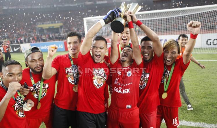 Pemain Persija Jakarta mengangkat tropi Liga 1, merayakan kemenangannya. Copyright: Herry Ibrahim/Indosport.com