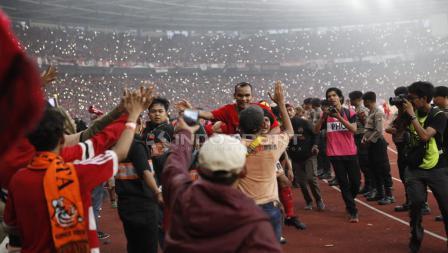 Riko Simanjuntak saat merayakan kemenangan bersama suporter Persija Jakarta.