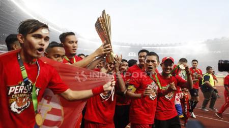 Pemain Persija Jakarta mengangkat tropi Liga 1, merayakan kemenangannya. - INDOSPORT