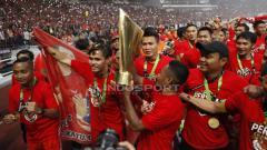 Indosport - Pemain Persija Jakarta mengangkat tropi Liga 1, merayakan kemenangannya.