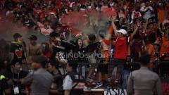 Indosport - Suporter Persija Jakarta ikut juga merayakan kemenangan tim kesayangannya.